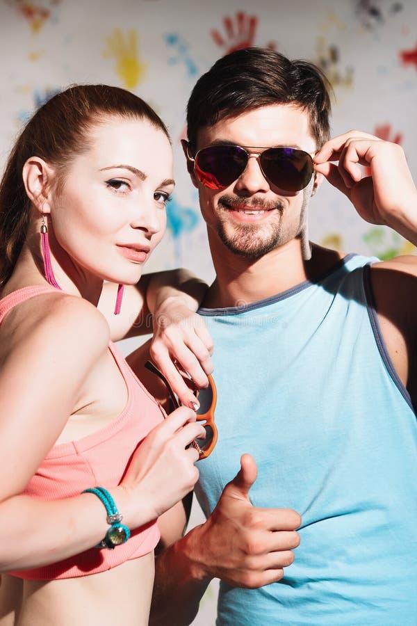 Ståenden av lyckliga par med tummar up tecknet på en rolig positiv bakgrund royaltyfria bilder