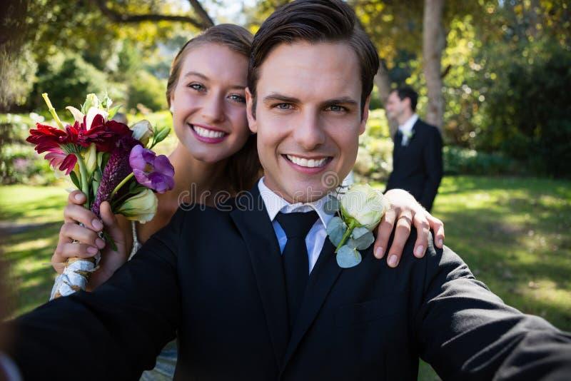 Ståenden av lyckliga par som in poserar, parkerar arkivbild