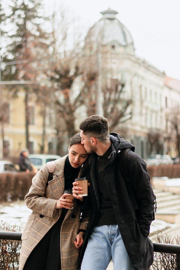 Ståenden av lyckligt romantiskt par som ett har, vilar med cofee royaltyfria foton