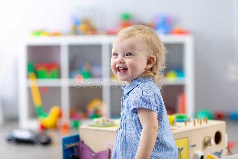Ståenden av nätt behandla som ett barn flickan i dagis Barnkammarebarnet är lyckligt royaltyfri bild