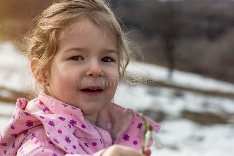 Ståenden av plockningsnödroppen för det lilla barnet blommar i vår royaltyfri bild
