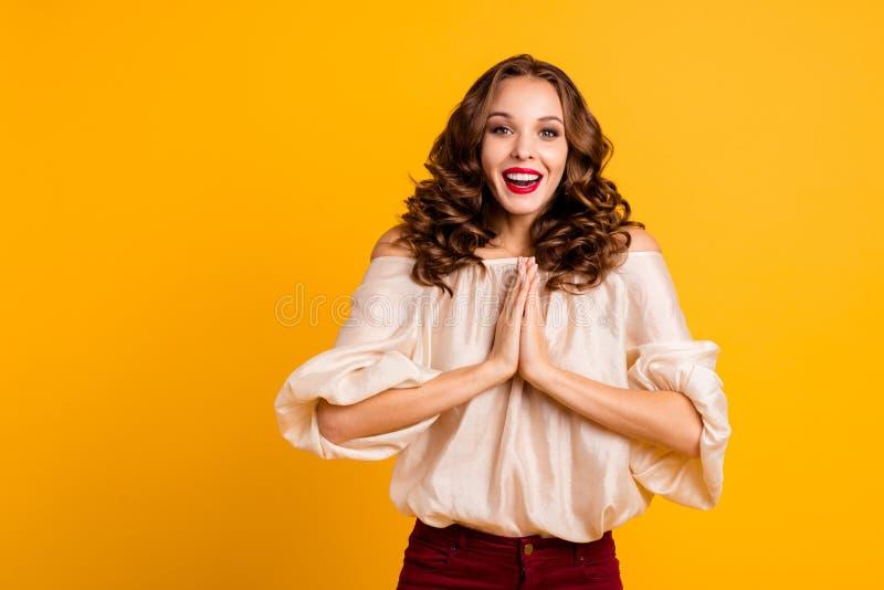 Ståenden av positivt gladlynt millennial för ungdom som imponerades av oerhörd nyheterna, pläderar förväntar att väntan önskar gå fotografering för bildbyråer