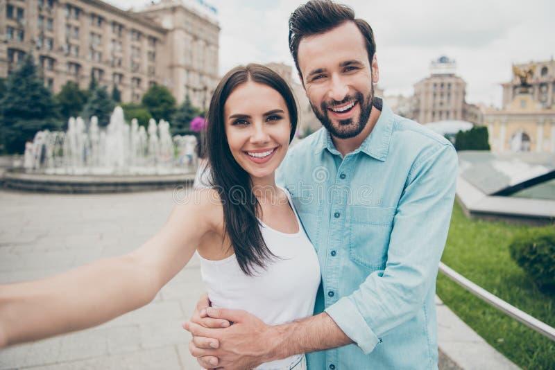 Ståenden av positivt gladlynt upphetsat folk som ungdom har helgsemester för fri tid, gör fotoögonblick turist- blått royaltyfria foton
