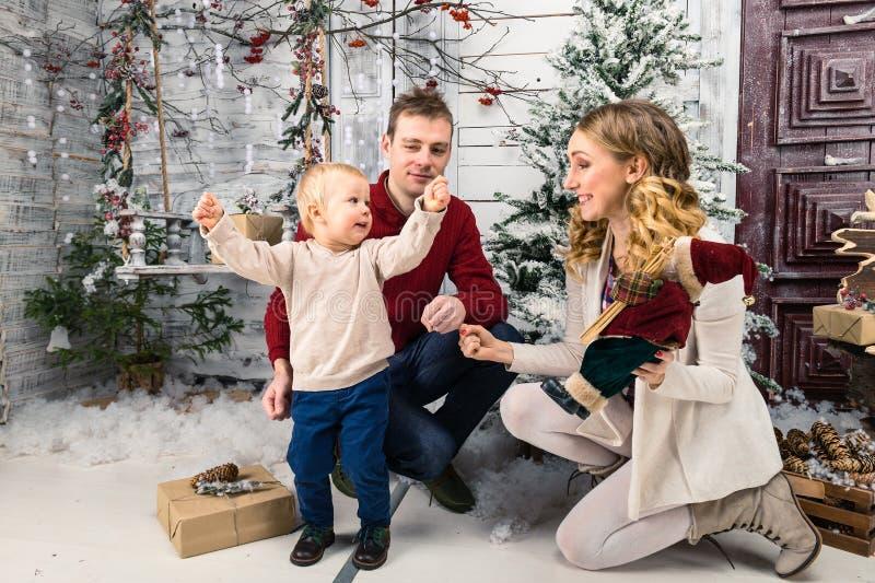 Ståenden av positivt lyckligt barn uppfostrar med hans lilla son på arkivfoto