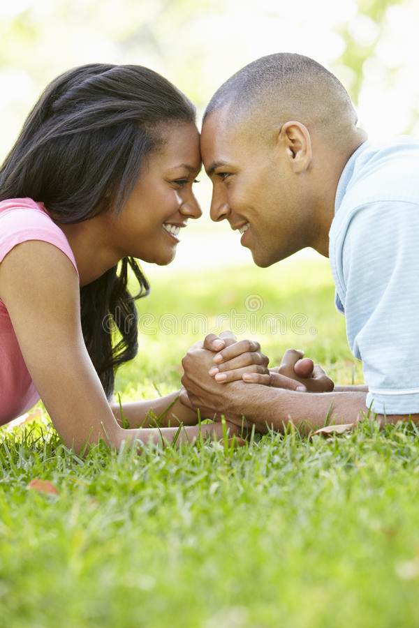 Ståenden av romantiska unga afrikansk amerikanpar parkerar in royaltyfria bilder