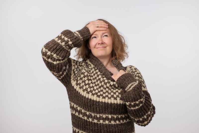 Ståenden av sjuk dåligt europeisk kvinnlig iklädd stor ull bryner tröjan Kvinnalidande från fysiskt obehag fotografering för bildbyråer