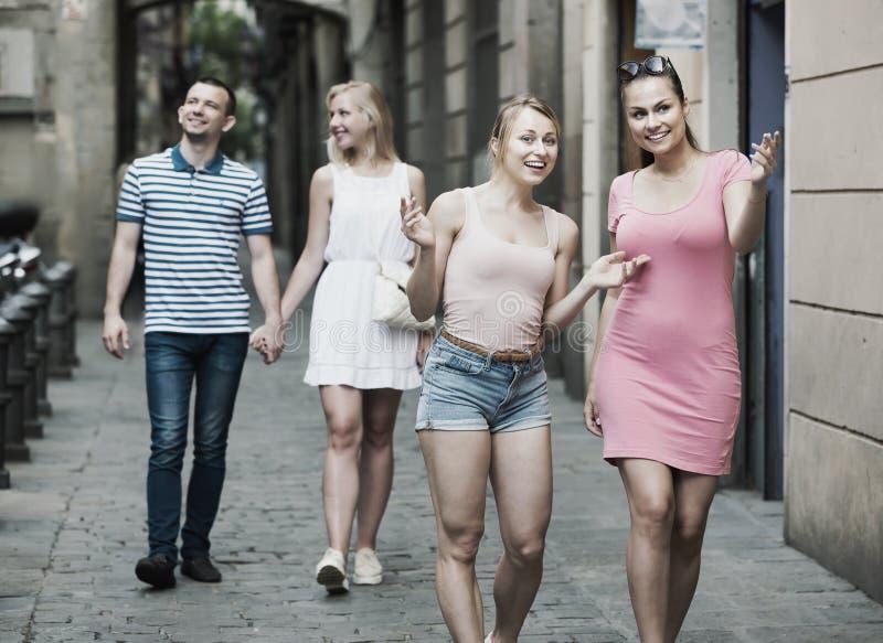 Ståenden av ta för två lyckligt unga kvinnor går i stad royaltyfri foto