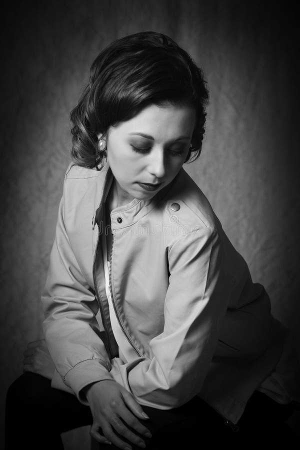 Ståenden av tappningflygstil klädde kvinnan i svartvit monokrom arkivfoton