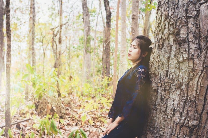 Ståenden av trycker ned och hopplös stillhet för den unga kvinnan själv royaltyfri fotografi