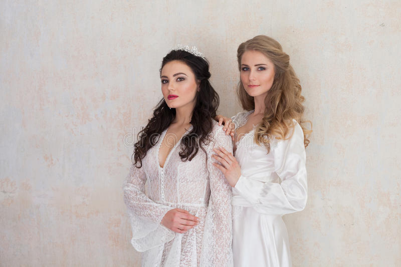 Ståenden av två flickor i vit klär bröllop royaltyfri bild