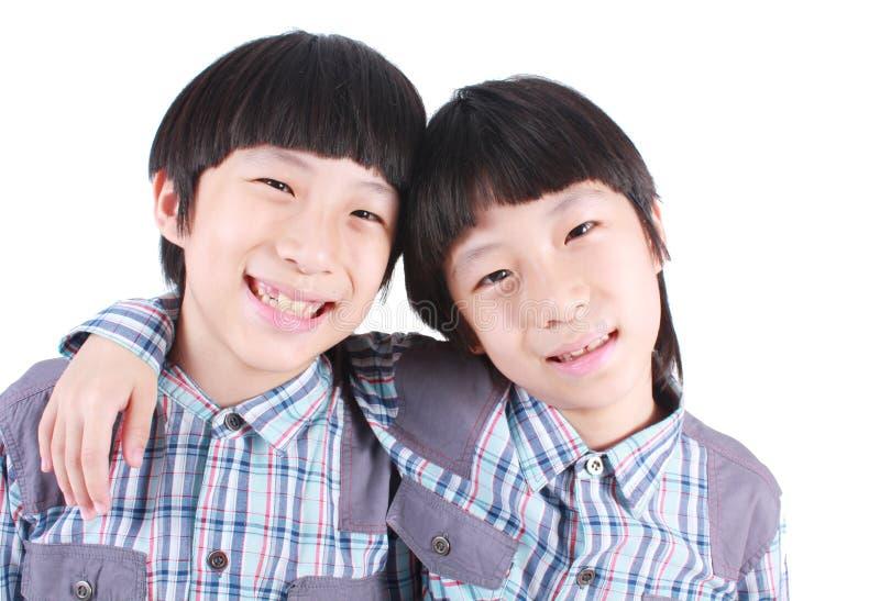 Ståenden av två pojkar, kopplar samman royaltyfri foto