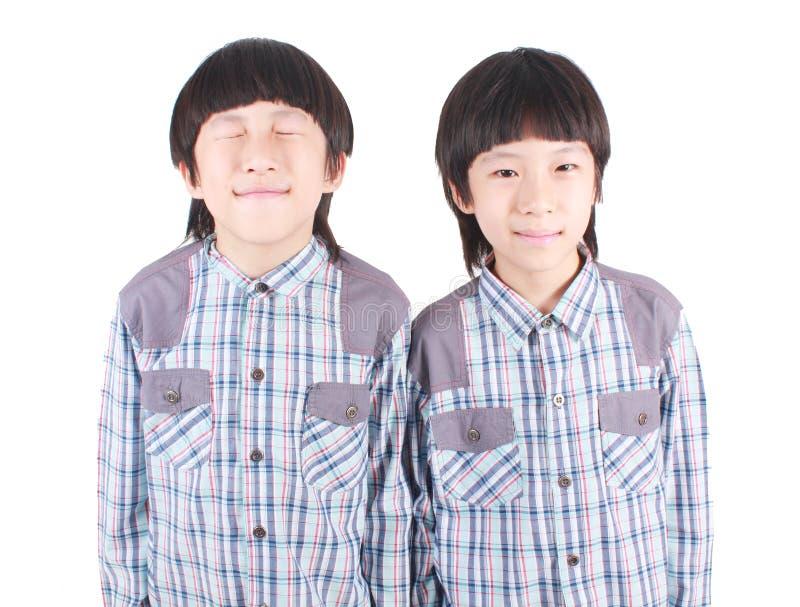 Ståenden av två pojkar, kopplar samman arkivfoto
