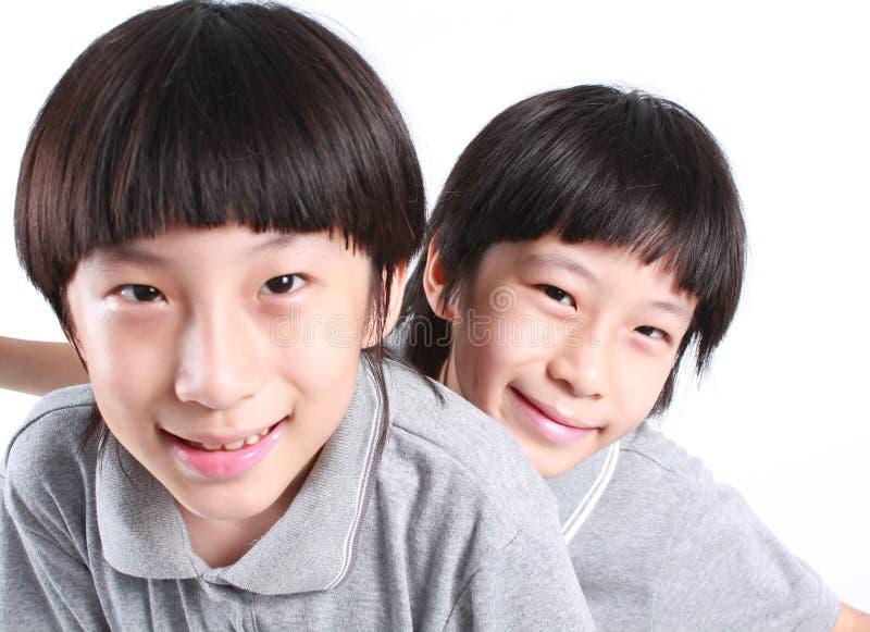 Ståenden av två pojkar, kopplar samman royaltyfria bilder