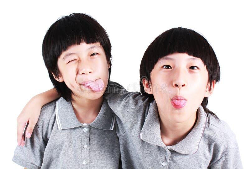 Ståenden av två pojkar, kopplar samman arkivfoton
