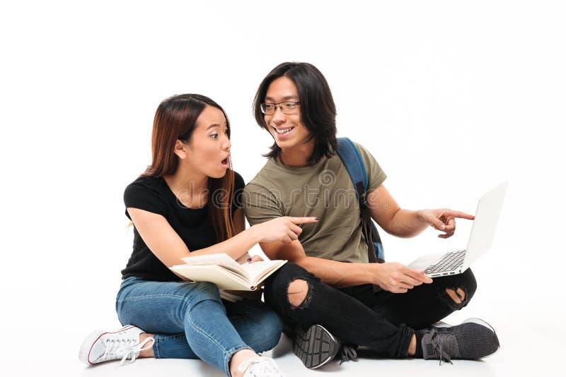 Ståenden av unga upphetsade asiatiska studenter kopplar ihop arkivbilder