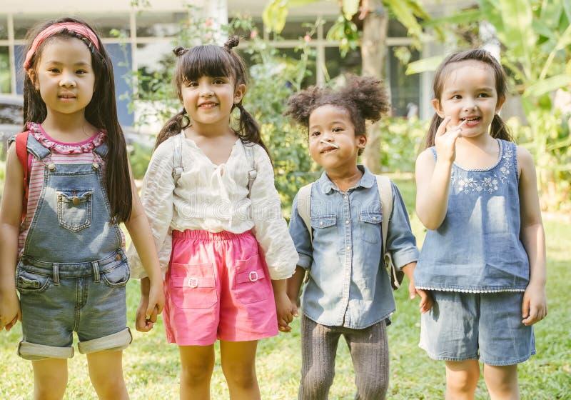 Ståenden av ungar med den klara påsen går att skola studenter med ryggsäckar fotografering för bildbyråer