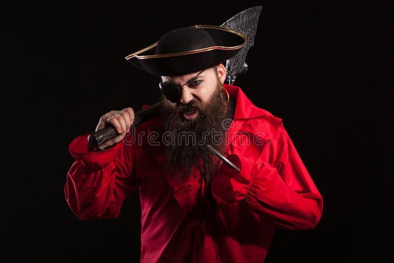 Ståenden av uppsökt ett medeltida piratkopierar på svart bakgrund arkivbilder