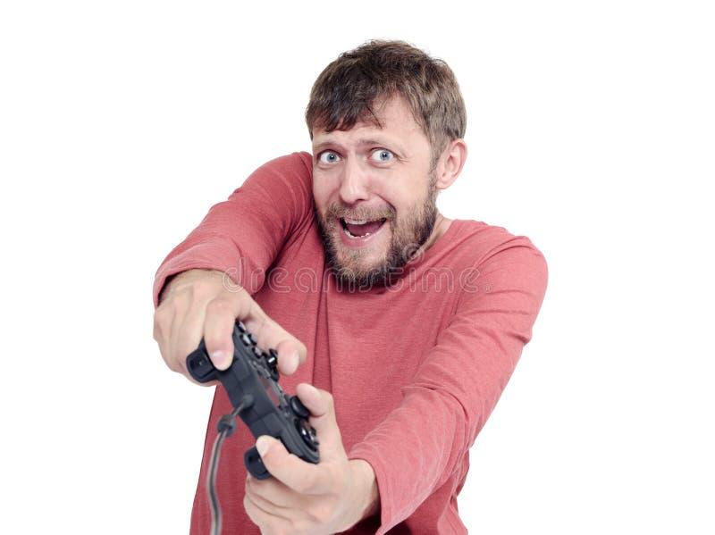 Ståenden av vuxna människan uppsökte den hållande styrspaken för mannen och spelavideogames som isolerades på vit bakgrund royaltyfria foton