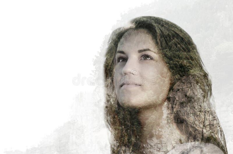 Ståenden för dubbel exponering av den härliga unga kvinnan kombinerade med arkivbilder