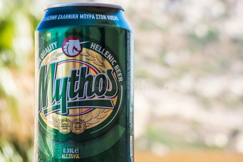 Ståenden sköt av grekiskt öl framme av den suddiga naturliga backgrouen arkivbilder