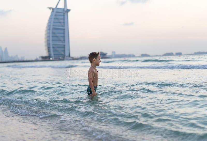 Ståenden som ler behandla som ett barn lite, pojken som spelar i havet, havet Positiva mänskliga sinnesrörelser, känslor, glädje  arkivfoton