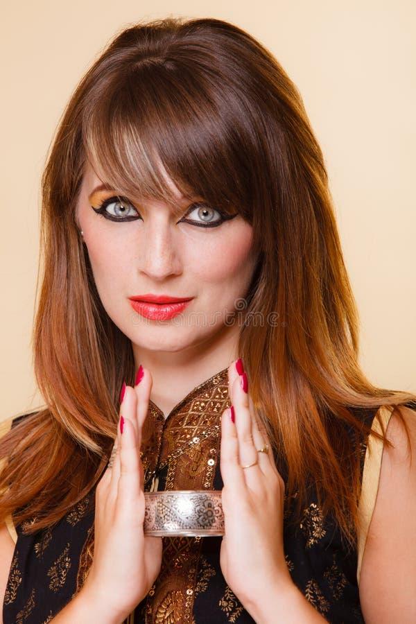 StåendeOrient flicka med makeup och armleten arkivfoto