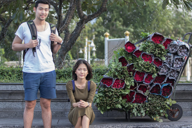 Ståendepar av mer ung asiatisk resande man- och kvinnasittin royaltyfri fotografi