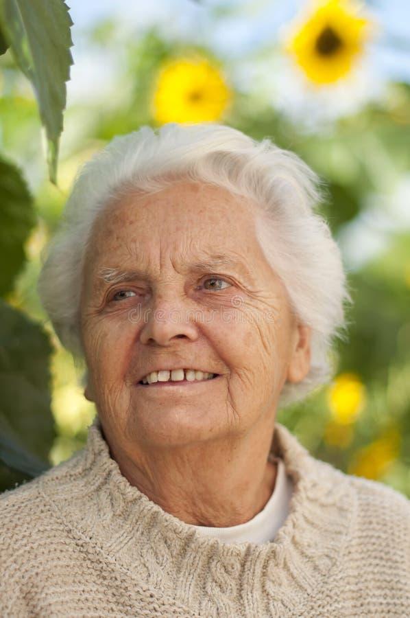 ståendepensionärkvinna arkivfoto