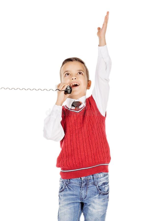 Ståendepojke som talar känslomässigt på den band telefonen på whit royaltyfria foton
