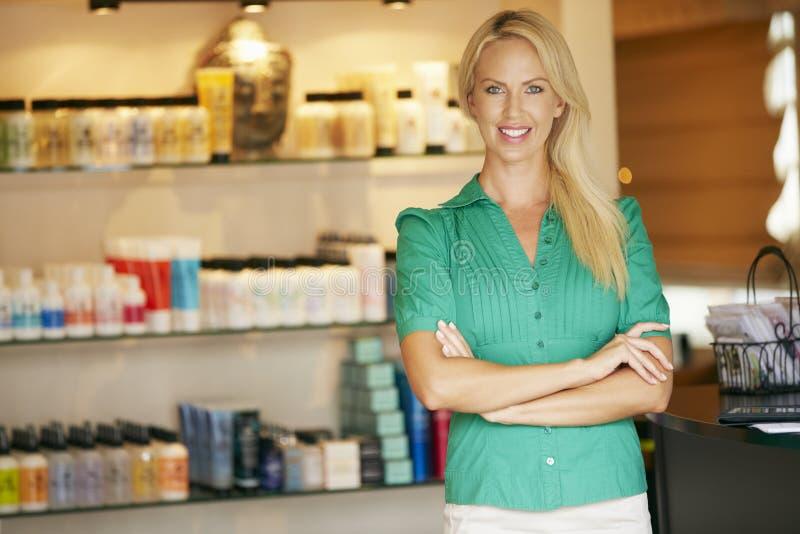 Ståendeskönhetsprodukten shoppar chefen arkivfoton