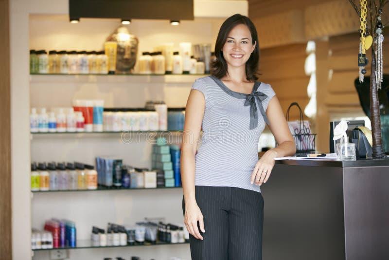 Ståendeskönhetsprodukten shoppar chefen royaltyfri foto