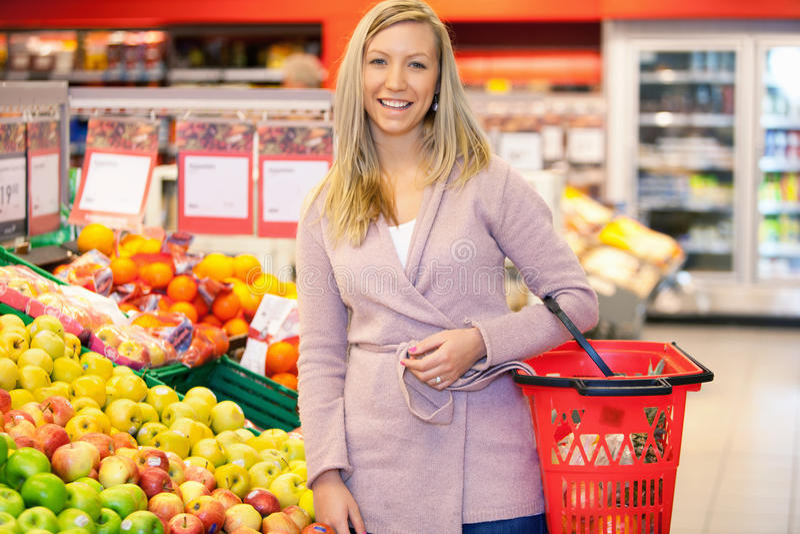 ståendesupermarket royaltyfri foto