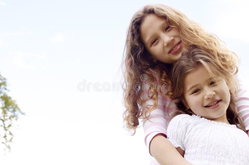 Ståendesystrar med himmel. arkivfoton