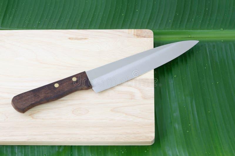 Stål för kökkniv och träskärbräda royaltyfri foto