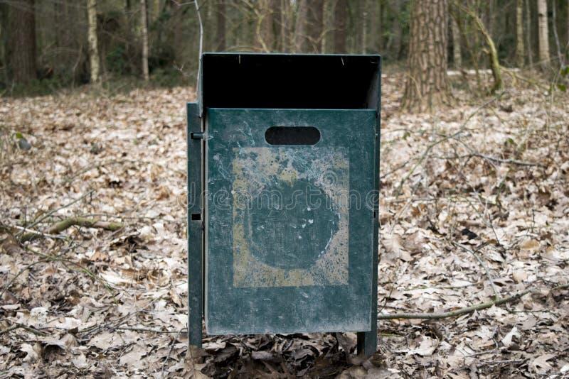 Stålavfallfack i skogen fotografering för bildbyråer