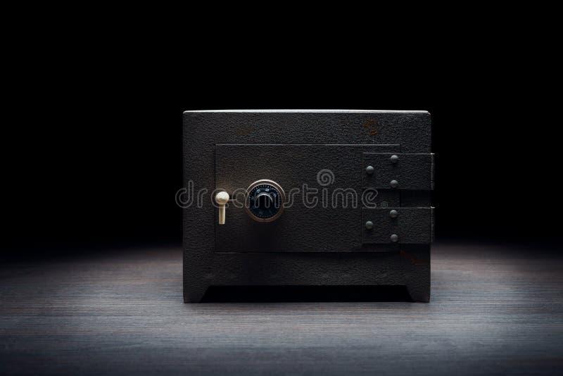 Stålbankkassaskåp på en mörk bakgrund royaltyfri fotografi