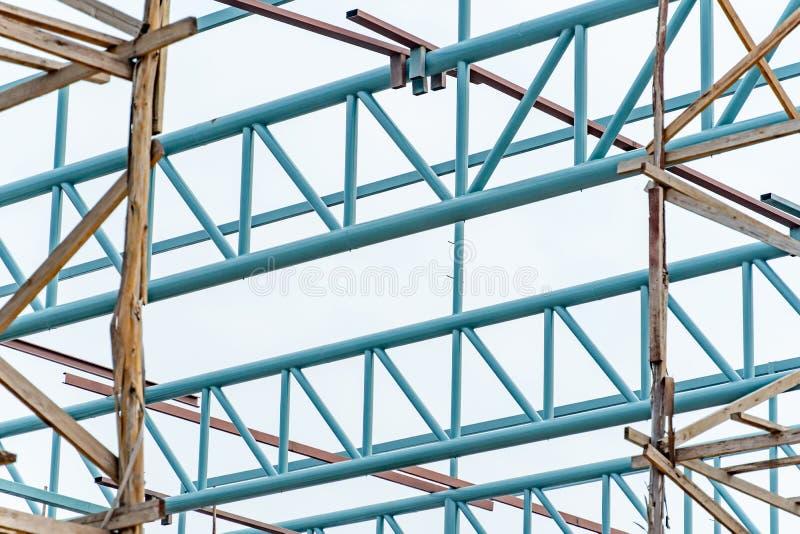 Stålbråckbandstruktur och trämaterial till byggnadsställning royaltyfri foto