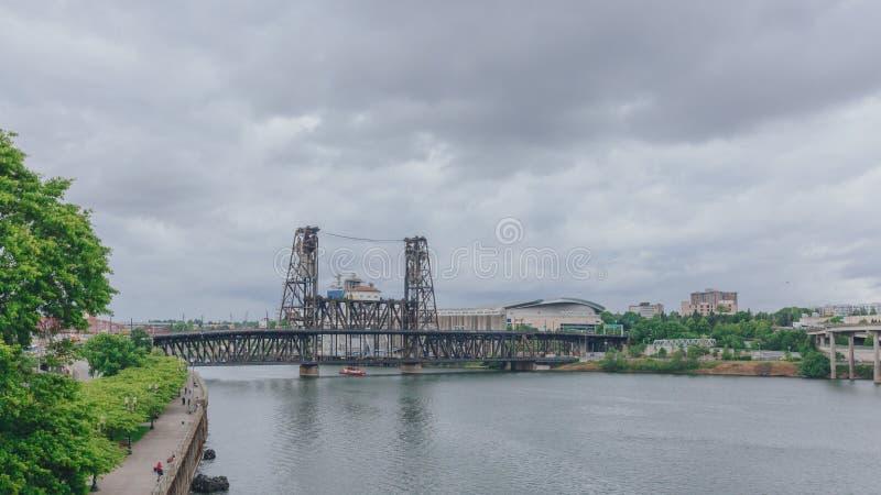 Stålbro över den Willamette floden i i stadens centrum Portland, USA royaltyfria bilder