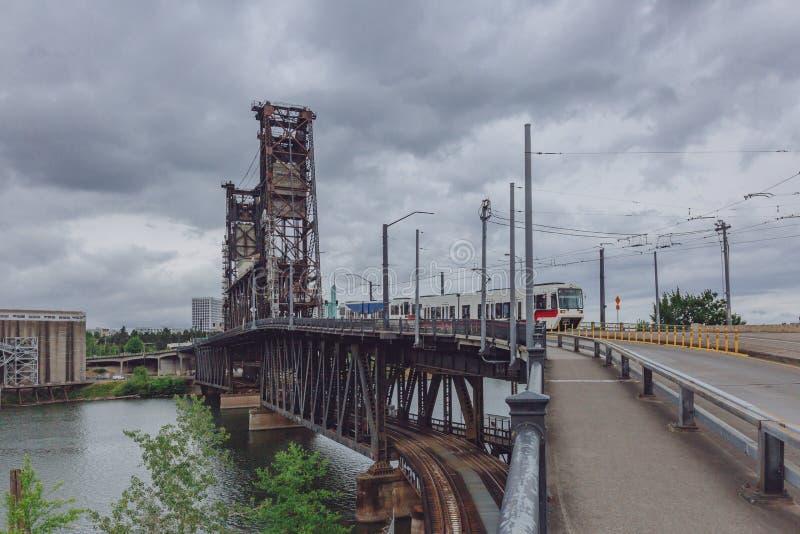 Stålbro över den Willamette floden med spårvagnen i i stadens centrum Portland, USA arkivfoton