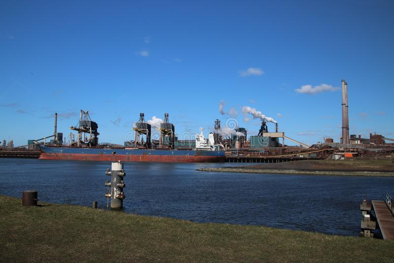 Stålfabrik i hamnen av IJmuiden i Nederländerna med arkivfoto