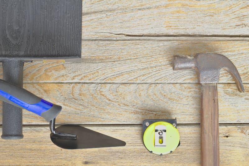 Stålhammare, trähandtag, meterband Hjälpmedel för tegelstenvägg bygger en husväggkonstruktion av nya hus, royaltyfri fotografi