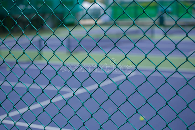 Stålingreppsstaket av tennisbanorna royaltyfria foton