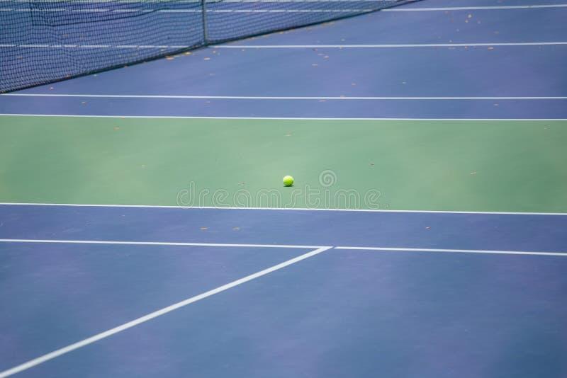 Stålingreppsstaket av tennisbanorna royaltyfri foto