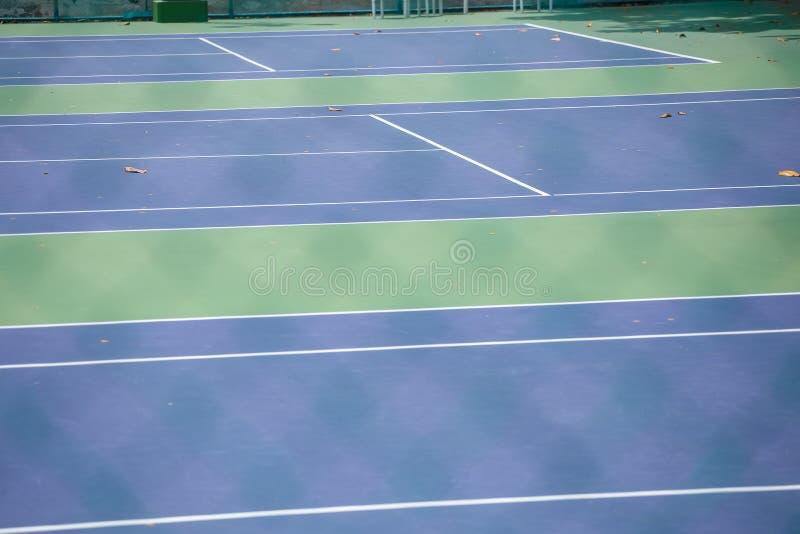 Stålingreppsstaket av tennisbanorna royaltyfri bild