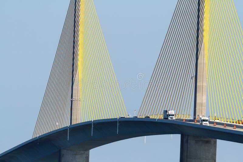 Stålkabelsamlingar på bron royaltyfria foton