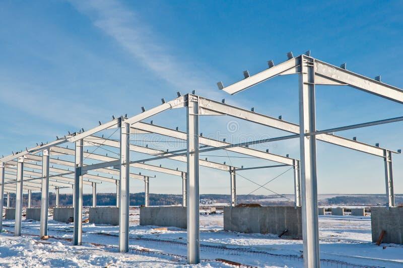 Stålkonstruktion på bakgrunden av vinterlandskapet royaltyfri fotografi