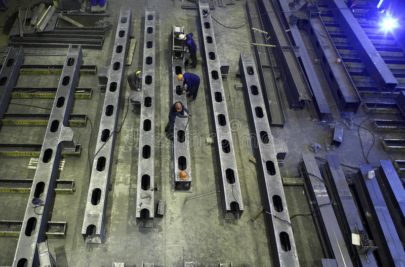Stålkonstruktionsstrålar tillverkas i produktionfaciliti royaltyfri foto