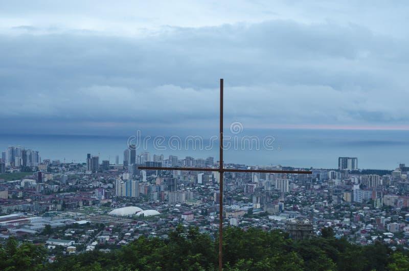 Stålkors som lokaliseras på den högsta punkten av Batumi, Georgia royaltyfri bild