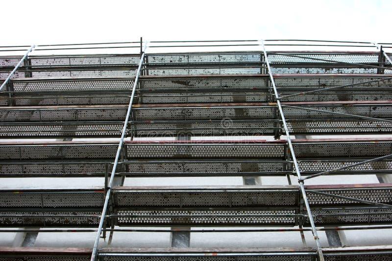 Stålmaterial till byggnadsställning som används för façaderenoveringarbeten fotografering för bildbyråer