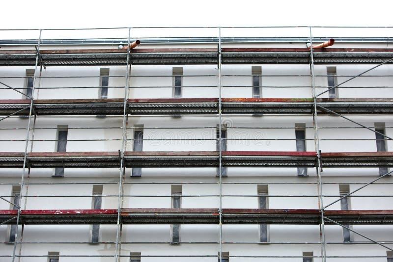 Stålmaterial till byggnadsställning som används för façaderenoveringarbeten royaltyfria foton